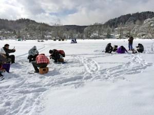 <b>「氷の湖で遊んで温泉であったまろう!ワカサギの氷上穴釣り」</b><br />県東部の佐久インターから1時間ほど車で走ると、南佐久郡小海町に松原湖があります。標高1,123m以上 &#8230;