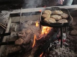 <b>囲炉裏で焼いたよ!川上村の郷土食「はりこしまんじゅう」</b><br />信州各地には郷土食がたくさんあり、親から子、孫へと脈々と伝えられています。レタス出荷量日本一 &#8230;